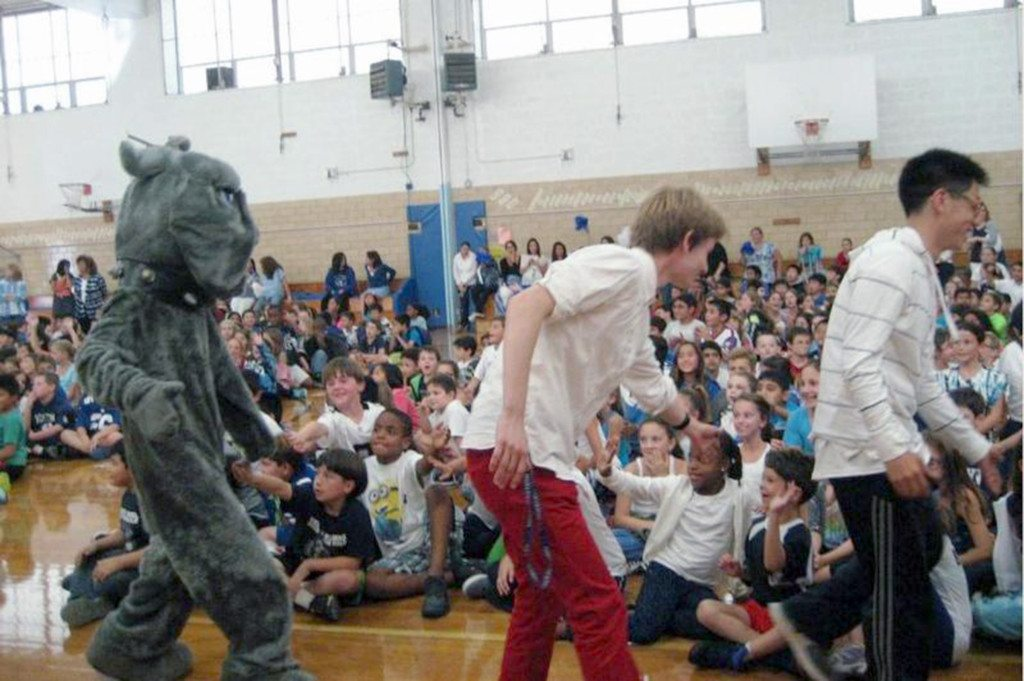Bulldogs footballers and the Bulldog mascot visit grade school students